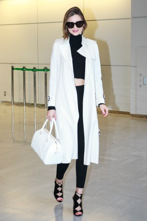 Miranda Kerr poses for the cameras at Narita International Airport