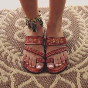 s6j7ea-l-610x610-shoes-brown+flip+flops+cute+boho+leather-jewels-beach+shoes-flower+red-sandals-brown+shoes-summer-leather-tropical-aztec-open+toes-brown+sandals-boho-gyps